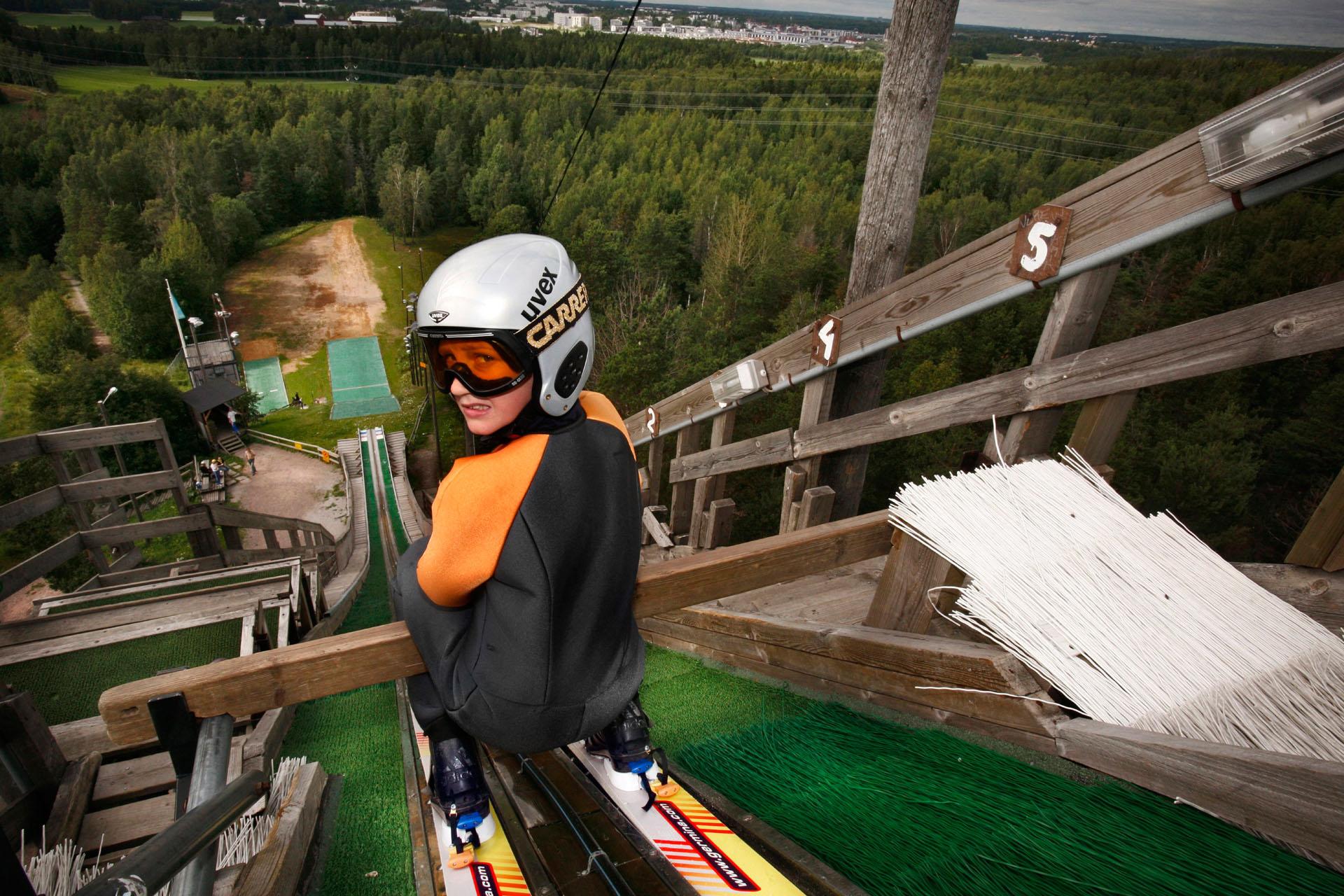 11-vuotias Toni Kokkonen valmistautuu hyppyyn Herttoniemessä.